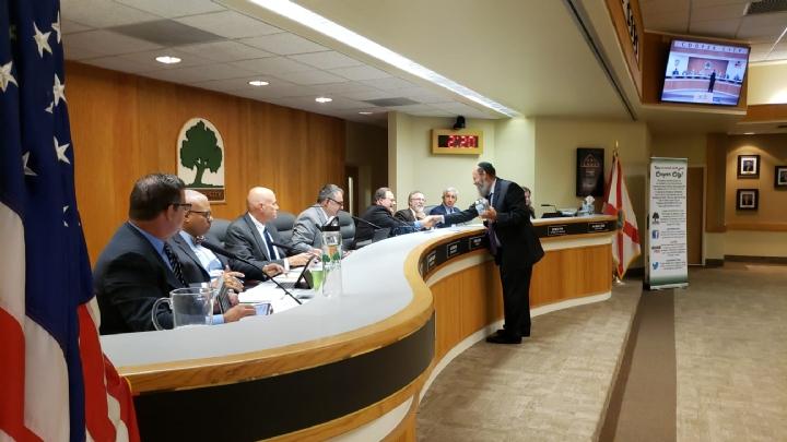Rabbi Pinny Thanking Mayor Greg Ross.jpeg